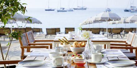 Dagen börjar med frukost till vacker havsutsikt på hotell Parga Beach, Grekland.