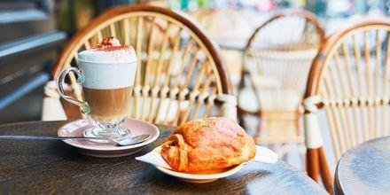 Café au lait och croissant i Paris, Frankrike.