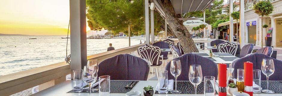 Restaurangen nere vid stranden på hotell Park i Makarska, Kroatien.