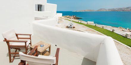 Balkong i dubbelrum på hotell Paros Bay på Paros i Grekland.