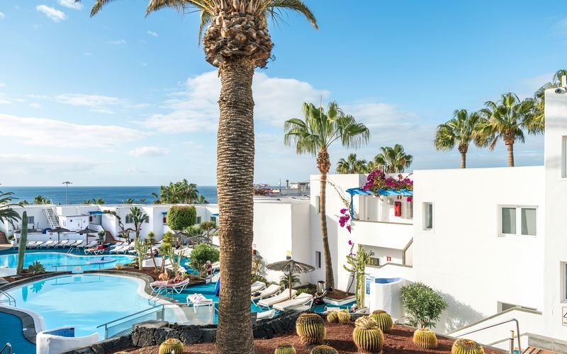Poolområdet på hotell Parque Tropical i Puerto del Carmen på Lanzarote, Kanarieöarna.