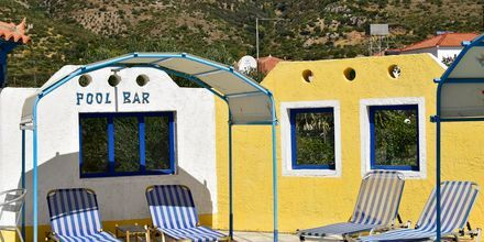 Poolområdet på hotell Pavlis i Votsalakia på Samos, Grekland.