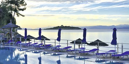 Poolen på hotell Paxos Beach.