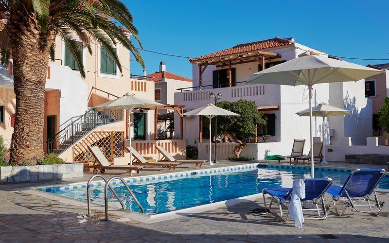 Poolområdet på hotell Pelagos Beach i Votsalakia på Samos, Grekland.