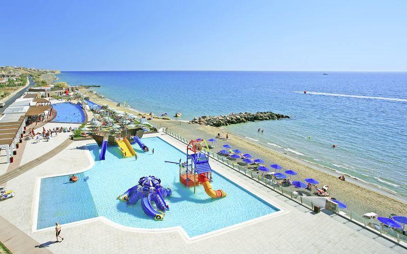 Poolområde på hotell Petra Mare i Ierapetra på Kreta, Grekland.