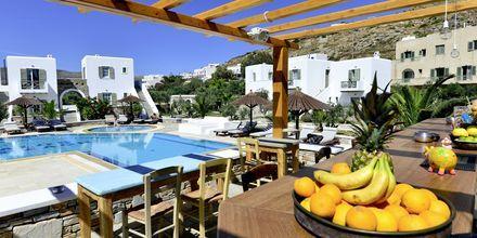 Poolbar på hotell Yialos, som gäster på Petros Place har tillgång till.