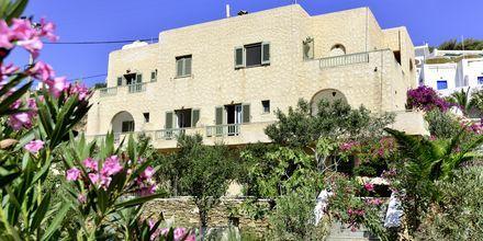 Byggnad med dubbelrum på hotell Petros Place på Ios i Grekland.