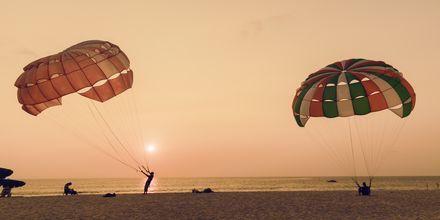 Parasailing på Karon Beach på Phuket i Thailand.
