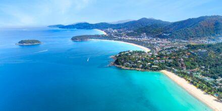 Stränderna Karon, Kata och Kata Noi Beach ligger på rad på ön Phuket i Thailand.