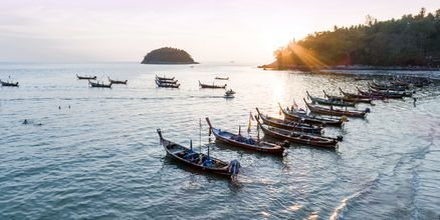 Solnedgång vid Kata Beach på Phuket i Thailand.