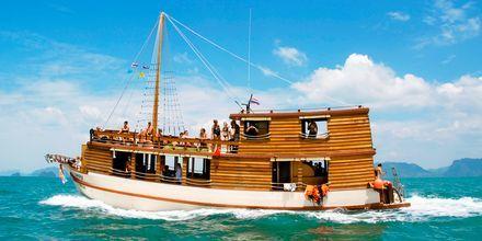 Utflyktsbåten Champagne kan ta dig till grannöarna på dagsutflykter.