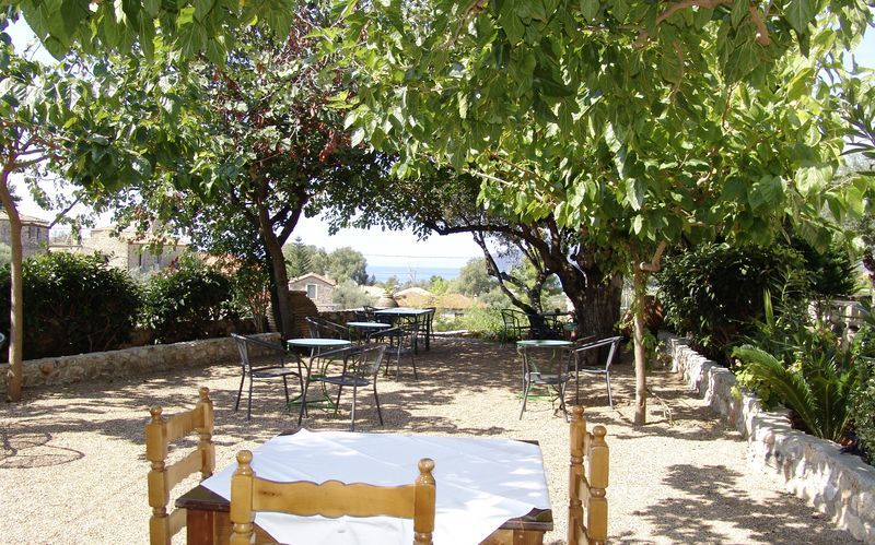 Uteplats på hotell Pierides i Kardamili, Grekland.