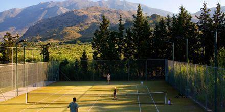 Tennis på hotell Pilot Beach i Georgioupolis på Kreta, Grekland.