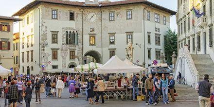 Marknad på torget Piazza dei Cavalieri i Pisa.
