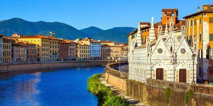 Floden Arno går genom Pisa.