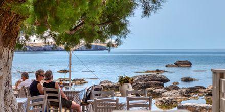 Njut av goda grekiska rätter med utsikt över Medelhavet.
