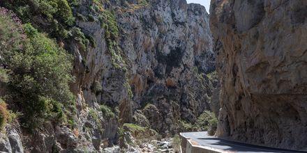 Slingrade vägar och höga berg är en vanlig syn i Plakias.