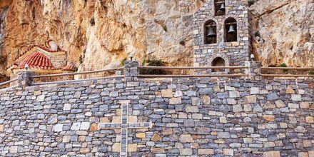 I området runt om Plakias finns flera sevärdheter, bland annat detta lilla kapell som är byggt som en del av berget.