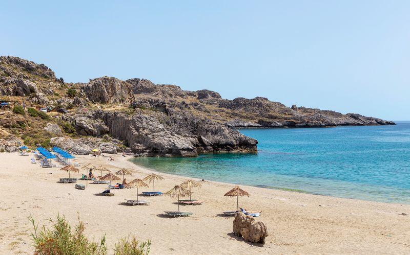 Njut av sköna dopp i det azurblå vattnet i Plakias på Kreta.