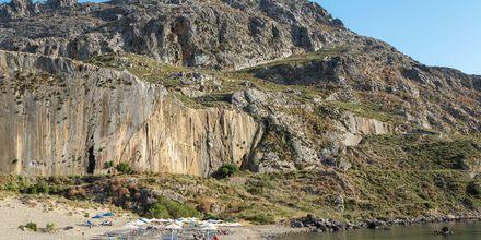Plakias karaktäriseras av sitt vackra landskap med branta bergsväggar och kristallklara vatten.