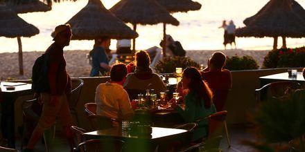 En drink i solnedgången i Playa de las Americas på Teneriffa.