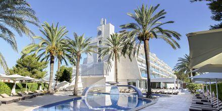 Poolområde på hotell Playa de Muro Suites Mar Hotels i Alcudia på Mallorca.