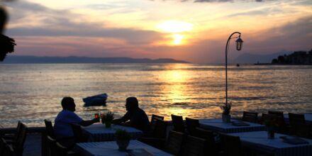 Njut av magisk solnedgång vid strandpromenaden i Podgora i Kroatien.