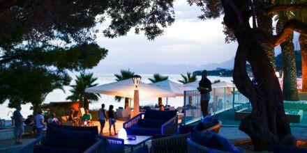 Längs strandpromenaden finns gott om restauranger och barer.