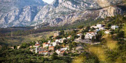 Charmig bergsby ovanför Podgora i Kroatien.