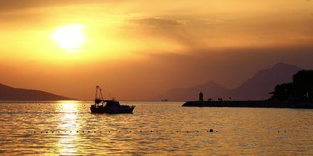 Se solen gå ner i Podgora i Kroatien.
