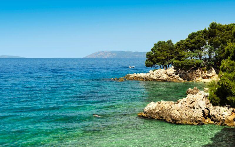Kristallklart vatten i Podgora i Kroatien.