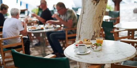 Frukostservering på hotell Polixeni i Pythagorion på Samos, Grekland.