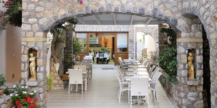 Restaurang på hotell Polydefkis i Kamari, Santorini, Grekland.