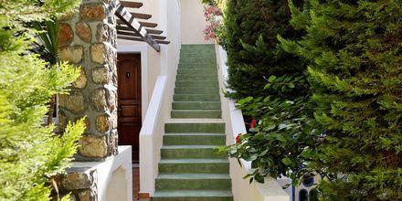 Omgivningar på hotell Polydefkis i Kamari, Santorini, Grekland.