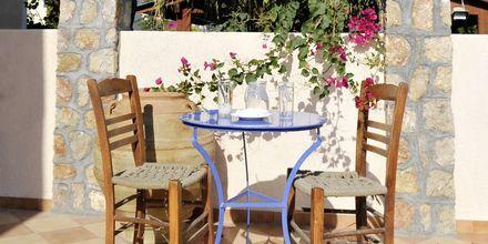 Utemiljö på hotell Polydefkis i Kamari, Santorini, Grekland.