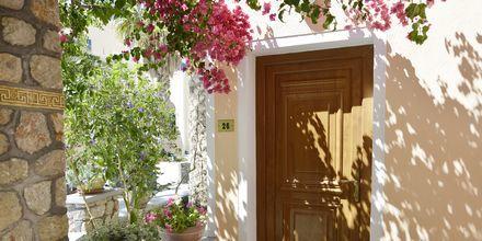 Vackra miljöer på hotell Polydefkis i Kamari, Santorini, Grekland.