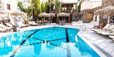 Sköna dagar spenderas vid poolen på hotell Polydefkis i Kamari, Santorini, Grekland.