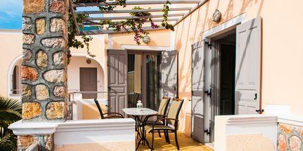 Terrass på renoverad tvårumslägenhet på hotell Polydefkis i Kamari, Santorini, Grekland.