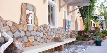 Exteriör på hotell Polydefkis i Kamari, Santorini, Grekland.
