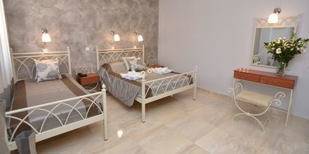 Renoverad tvårumslägenhet på hotell Polydefkis i Kamari, Santorini, Grekland.