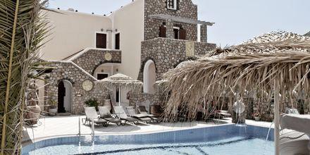 Poolområde på hotell Polydefkis i Kamari, Santorini, Grekland.