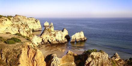 Praia dos Tres Irmas vid Portimao på Algarvekusten, Portugal.