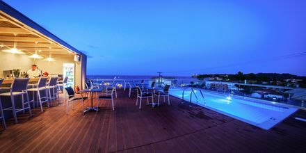 Takpool och bar på hotell Porto Planos Beach på Zakynthos, Grekland.