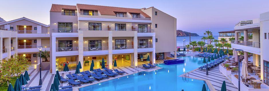 Poolområdet på lägenhetsdelen Plaza di Porto på Porto Platanias Beach & Spa i på Kreta, Grekland.