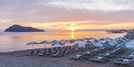 Stranden vid hotell Porto Platanias Luxury Selection.