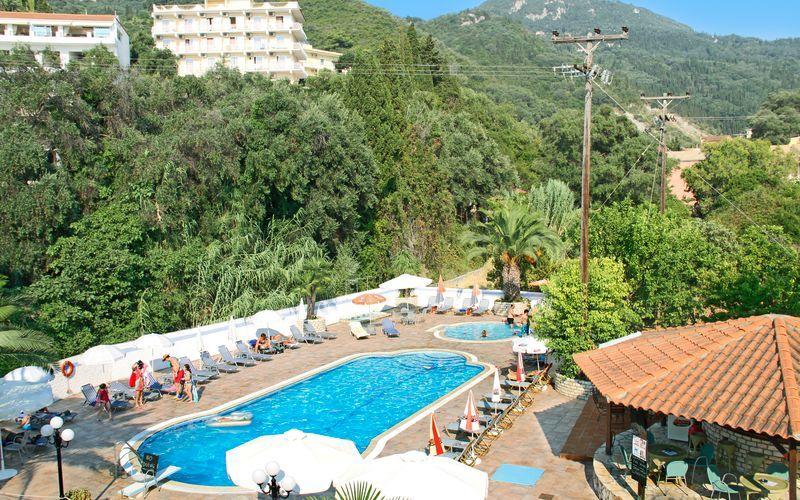 Poolen på hotell Poseidon på Korfu, Grekland.