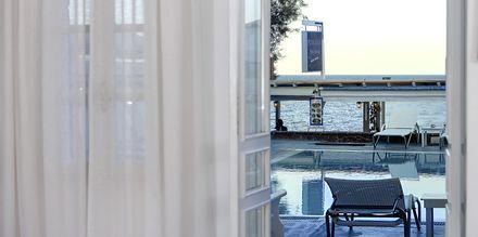 Utsikt från dubbelrum på hotell Poseidon Beach i Kamari på Santorini.