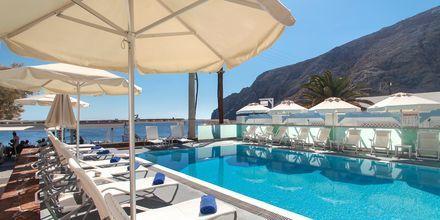 Poolområdet på hotell Poseidon Beach i Kamari på Santorini.