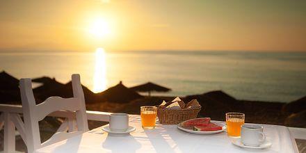 Restaurang vid strandpromenaden på hotell Poseidon Beach i Kamari på Santorini.