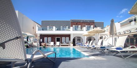 Poolområde på hotell Poseidon Beach i Kamari på Santorini.